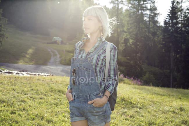 Сонячний портрет середини дорослої жінки в польових, Sattelbergalm, Тіроль, Австрія — стокове фото