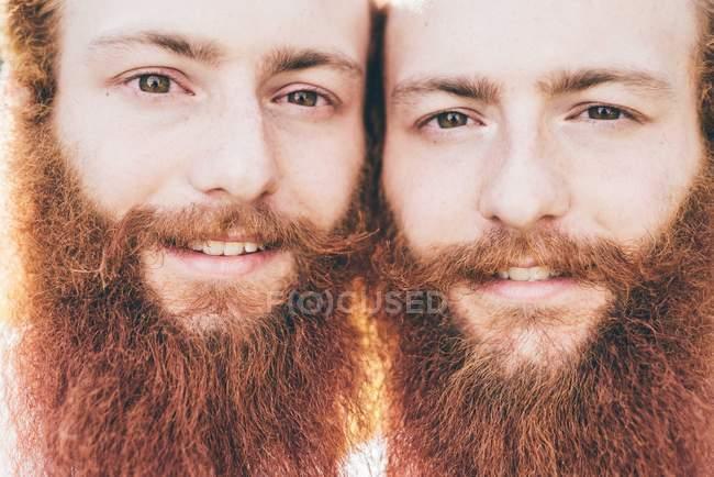 Close up retrato de jovens gêmeos hipster do sexo masculino com barbas vermelhas — Fotografia de Stock
