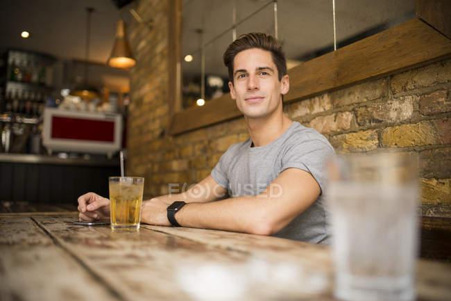 Молода людина за столом у місті барі — стокове фото