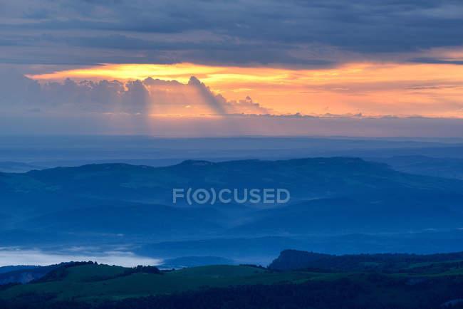 Туманний краєвид на світанку, природного парку Thach Большому, кавказьких гір, Республіка Адигея, Росія — стокове фото