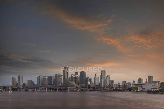 Vista panoramica della Florida paesaggio urbano con grattacieli sotto il cielo drammatico durante il tramonto — Foto stock