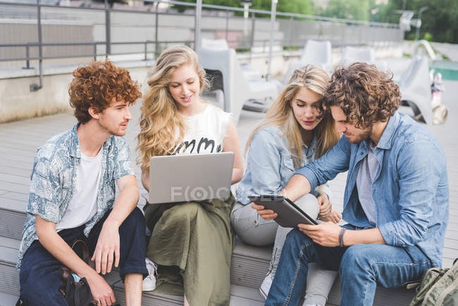 Friends on social media outdoors together — Stock Photo