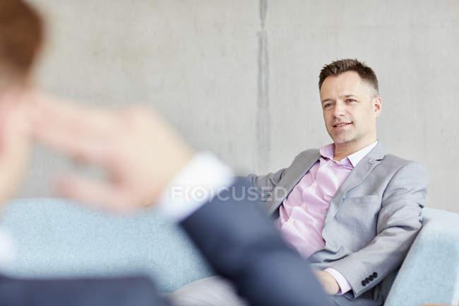 Deux hommes d'affaires réunis au bureau — Photo de stock