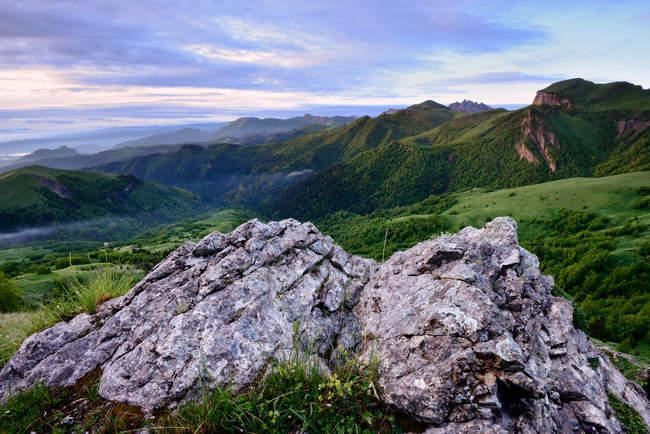 Paysage avec rochers, Montagnes caucasiennes, Bolshoy Thach Nature Park, Russie, République d'Adyguée — Photo de stock