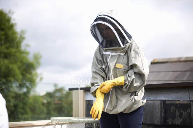 Apiculteur portant une combinaison apicole, se préparant à inspecter une ruche — Photo de stock