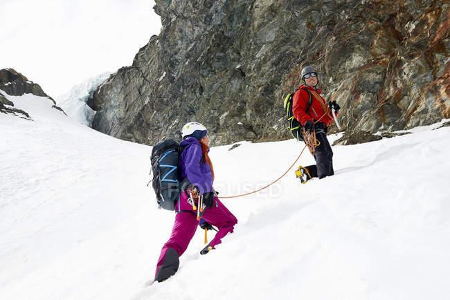Alpinisti che salgono la montagna innevata, Saas Fee, Svizzera — Foto stock