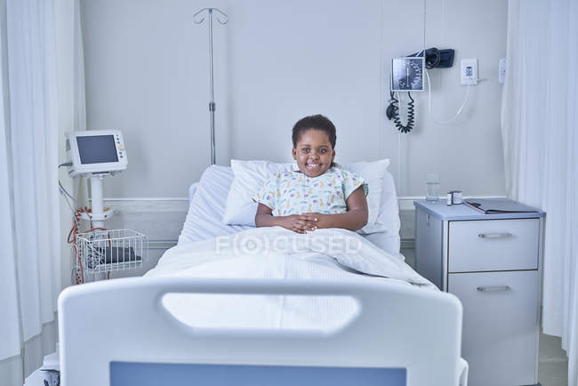 Portrait of girl patient in bed on hospital children's ward — Stock Photo