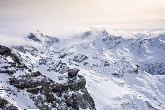 Сніг накривав ландшафт і низькою Хмара, Гора Titlis (Швейцарія) — стокове фото