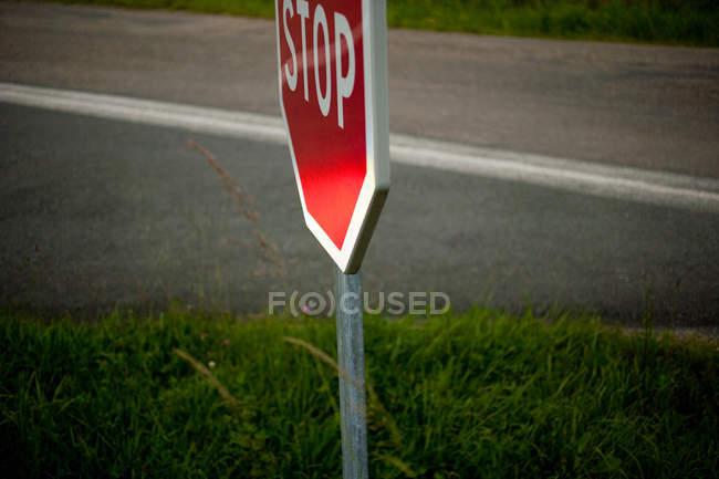 Fermeture du panneau Stop sur le bord de la route — Photo de stock