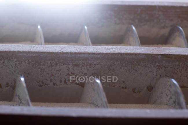 Nahaufnahme von Fräsen Maschine und Mehl Staub bei Weizen-Mühle — Stockfoto