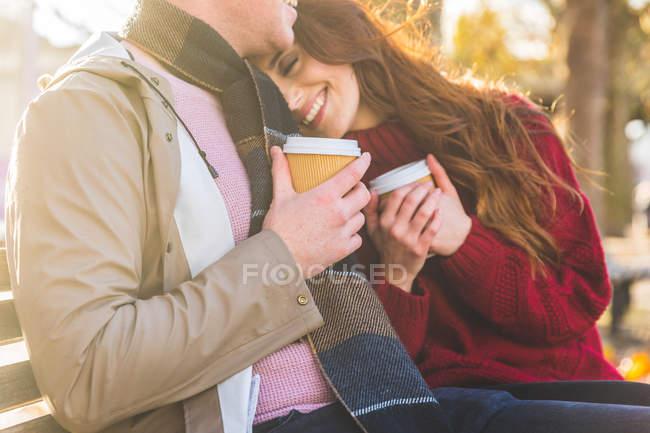 Casal tomando café no banco do parque, Londres, Reino Unido — Fotografia de Stock