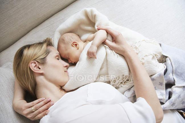 Blick von oben auf erwachsene Frau und schlafende Tochter — Stockfoto