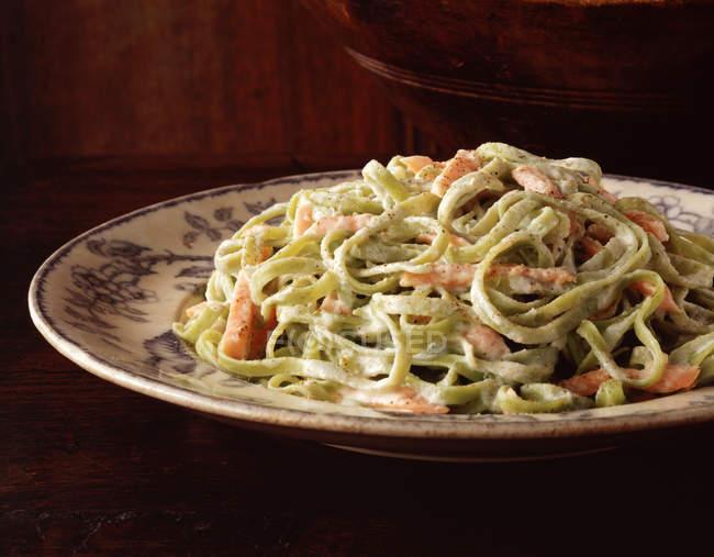 Спагетти с сливочным соусом и лосось на старинные плиты — стоковое фото