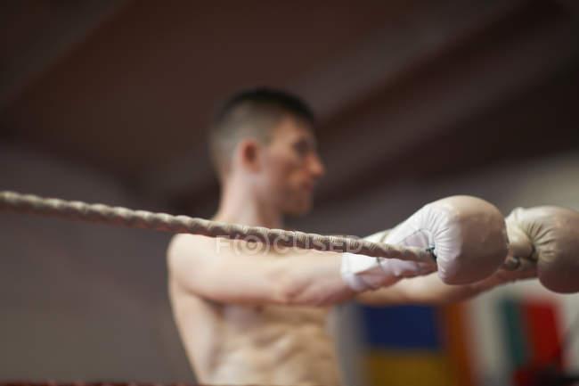 Boxer lehnt sich an Seile des Boxrings — Stockfoto