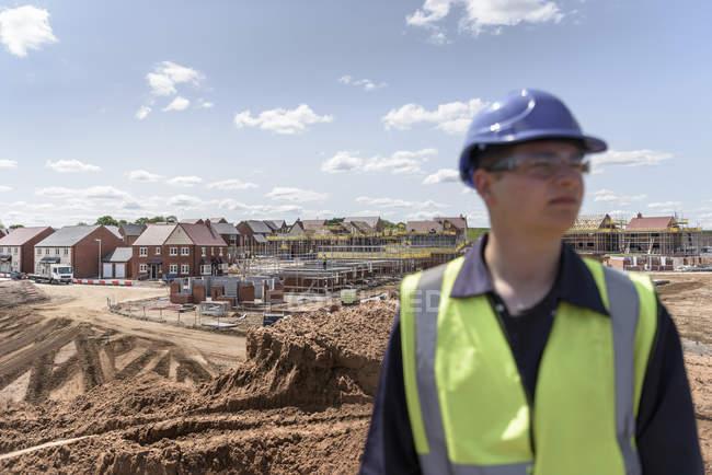 Constructeur sur site de construction de logements — Photo de stock