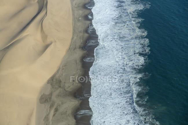 Vue aérienne de vagues de l'océan en Namibie — Photo de stock