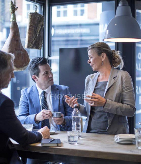 Бизнесмены и женщины во время рабочего обеда в ресторане — стоковое фото