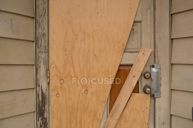 Prédio, abandonado perto da porta — Fotografia de Stock