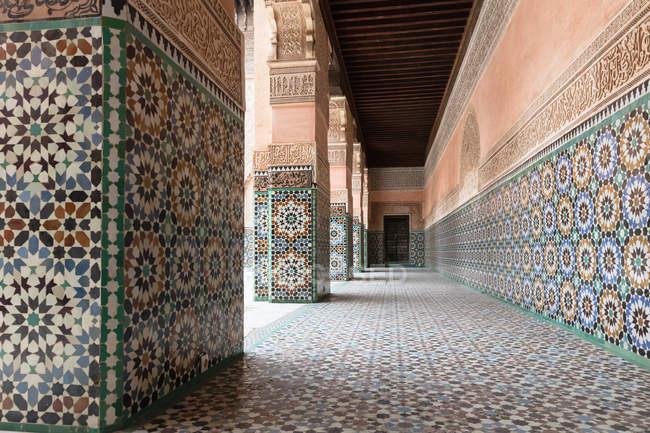 Черепичні portico в Бен Юсеф медресе, Марракеш, Марокко — стокове фото