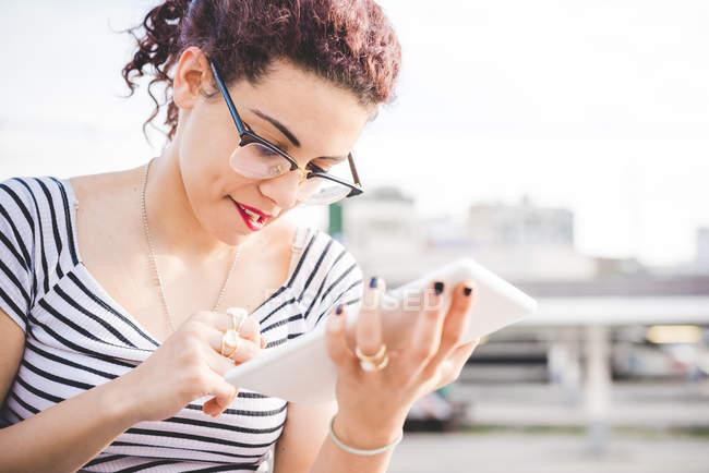 Femme utilisant une tablette numérique, Milan, Italie — Photo de stock