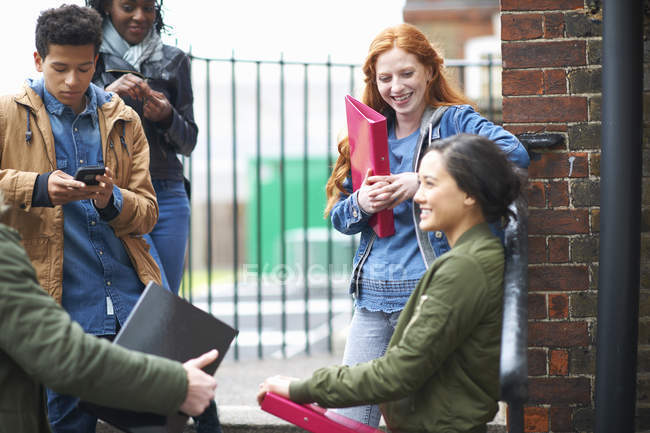 Studenti universitari maschi e femmine giovani in chat nel campus — Foto stock