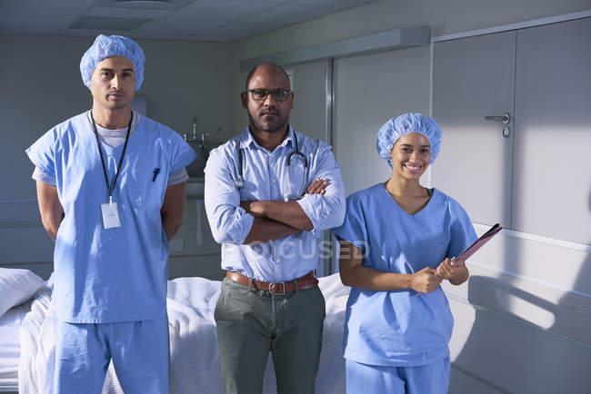 Groupe de médecins posant à la caméra — Photo de stock