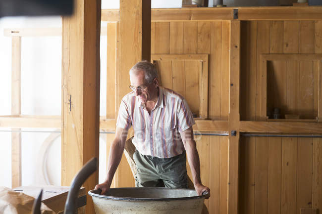 Männliche Miller Check-Maschine in der Kornmühle — Stockfoto