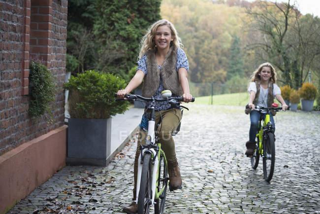 Дві сестри разом велосипеді в парку — стокове фото
