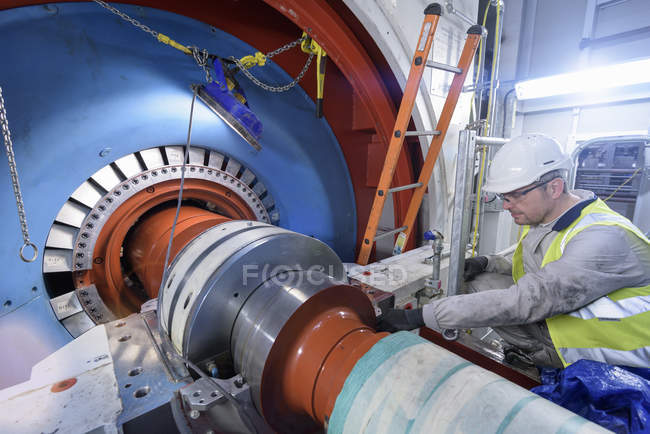 Engineer inspecting equipment in gas-fired power station — Stock Photo