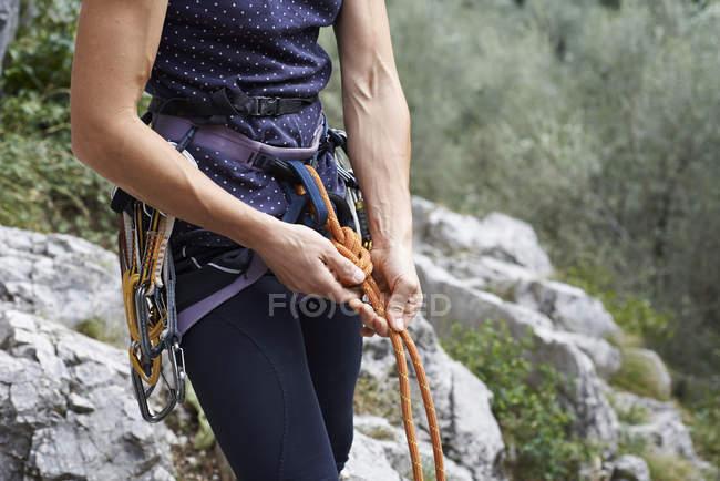 Середині розділі жінка альпініст підготовка сходження канатів — стокове фото