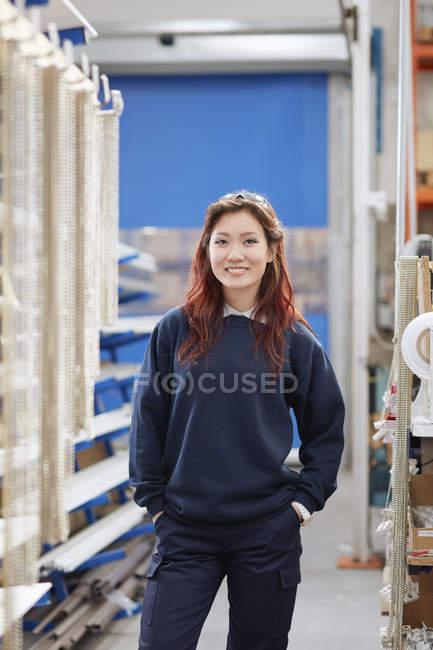 Портрет молодой работницы в фабрике роликовых слепых — стоковое фото