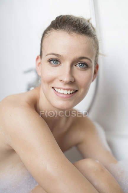 Portrait of beautiful woman in bathtub — Stock Photo