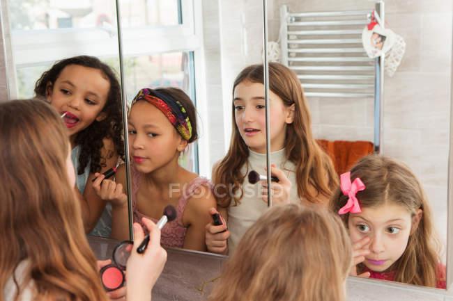 Девушки наносят макияж в зеркало дома — стоковое фото