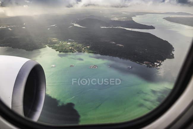 Fotografia aérea do litoral de Bali de avião com motor em primeiro plano — Fotografia de Stock