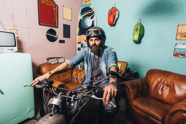 Ritratto di uomo maturo seduto sulla moto — Foto stock