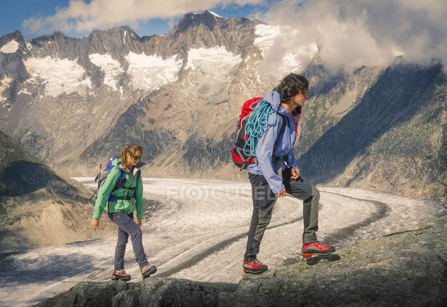 Couple montant la crête sur le glacier d'Aletsch, canton de Wallis, Suisse — Photo de stock