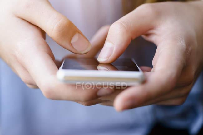 Abgeschnittene Ansicht junger Frauen beim SMS-Schreiben auf dem Smartphone — Stockfoto