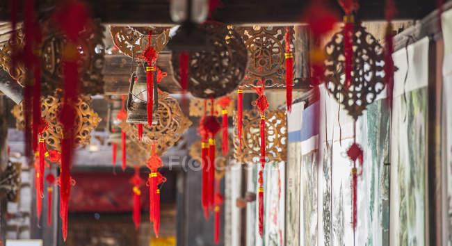 Східні принади висить від стелі в селі Xing пінг недалеко від Yangshuo, Гуансі, Китай — стокове фото