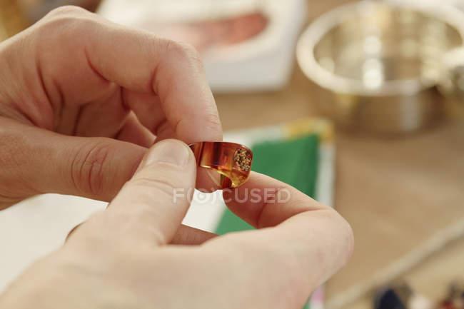 Крупный план женской руки, смола кольцо на рынке киоск — стоковое фото