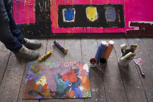 Vista ad alto angolo dell'artista in piedi in studio — Foto stock