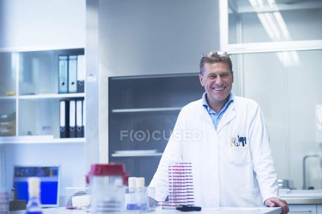 Happy scientist in laboratory — Stock Photo