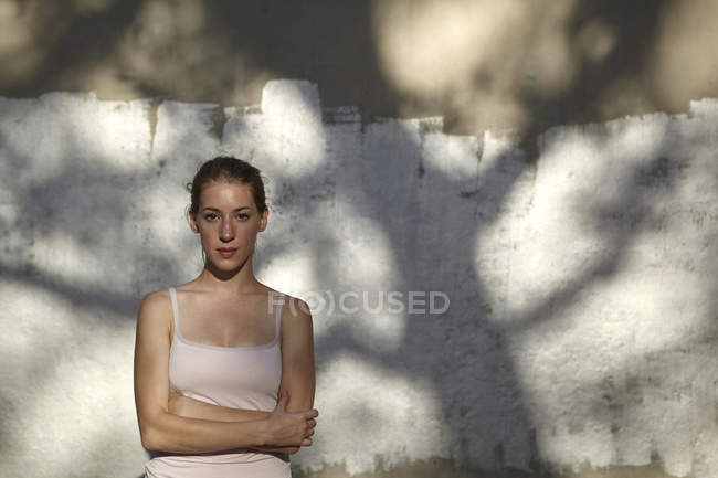 Portrait of woman, arms crossed, looking at camera — Stock Photo