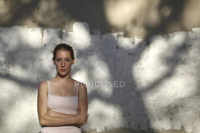 Портрет женщины, скрещенные руки, смотрящей в камеру — стоковое фото