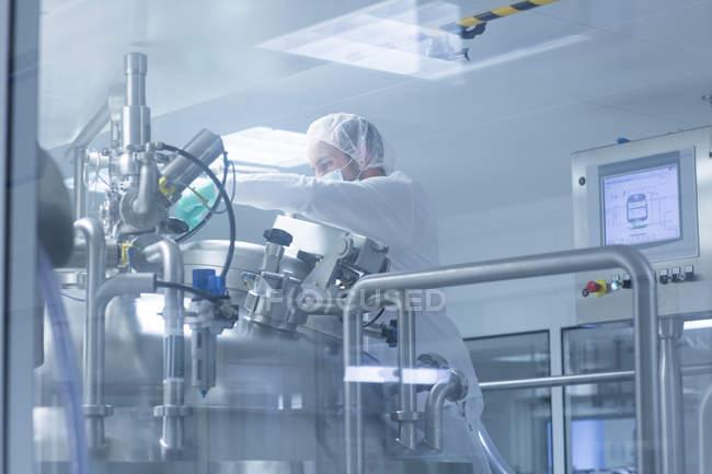Рабочий, работающий на фармацевтическом заводе — стоковое фото