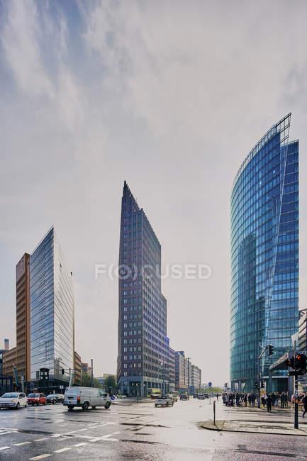 Городской пейзаж с тремя небоскребами, Берлин, Германия — стоковое фото