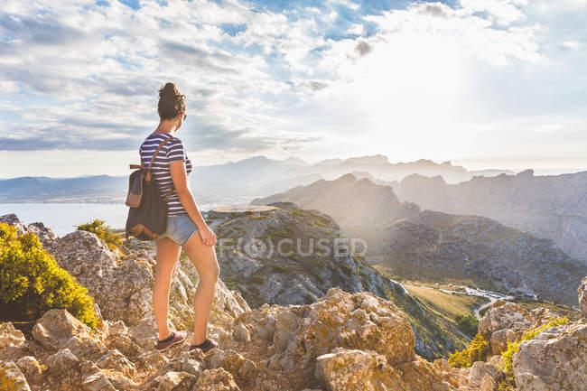 Женщина наслаждается видом с вершины холма, Майорка, Испания — стоковое фото