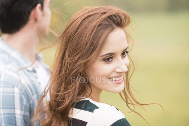 Портрет женщины, глядя через плечо улыбается — стоковое фото