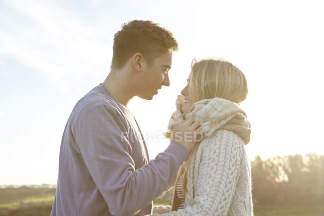 Romântico jovem casal na data na praia — Fotografia de Stock