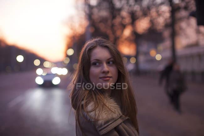 Giovane donna in strada, traffico in background, Londra, Regno Unito — Foto stock