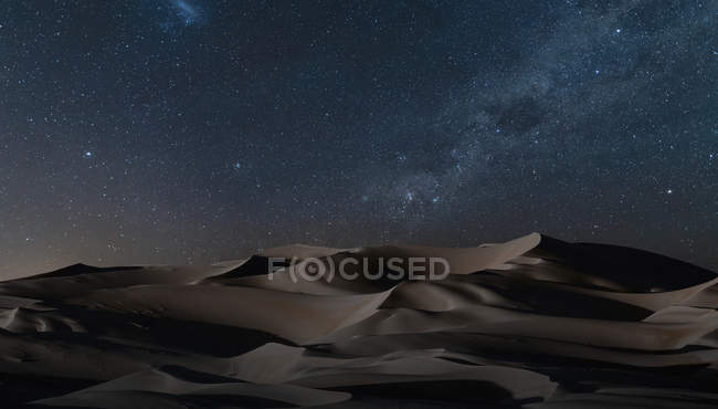 Blick auf Dünen unter Sternenhimmel — Stockfoto